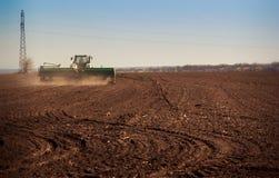 panorama della semina del trattore nel campo Immagini Stock