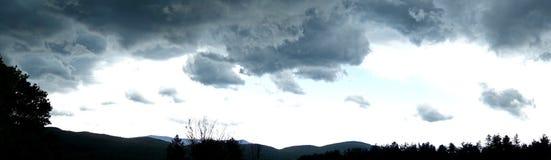 Panorama della siluetta e delle nuvole della montagna Fotografia Stock