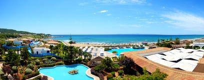 Panorama della spiaggia all'albergo di lusso Fotografie Stock Libere da Diritti