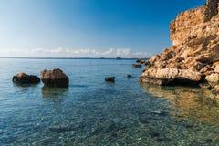 Panorama della spiaggia alla scogliera Fotografie Stock