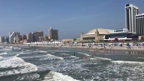Panorama della spiaggia e del paesaggio urbano di Atlantic City archivi video