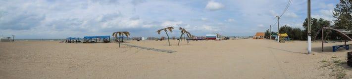 Panorama della spiaggia e della spiaggia inftastruktury in un'oasi di ricreazione vicino al villaggio Achuevo Immagini Stock Libere da Diritti