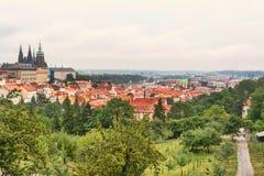 Panorama della st Vitus Cathedral a Praga al giorno di estate Fotografia Stock