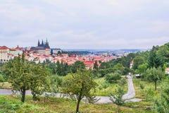 Panorama della st Vitus Cathedral a Praga al giorno nel cielo blu Immagini Stock Libere da Diritti