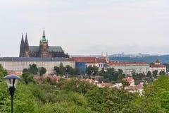 Panorama della st Vitus Cathedral a Praga al giorno nel cielo blu Fotografie Stock Libere da Diritti