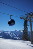 Panorama della stazione sciistica con la cabina dell'ascensore della cabina di funivia Montagna della neve Fotografie Stock Libere da Diritti