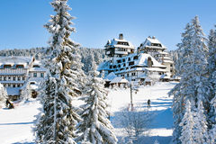 Panorama della stazione sciistica Kopaonik, Serbia, la gente, case coperte di neve Immagine Stock