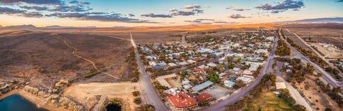 Panorama della strada rurale che passa attraverso il venditore ambulante Fotografia Stock