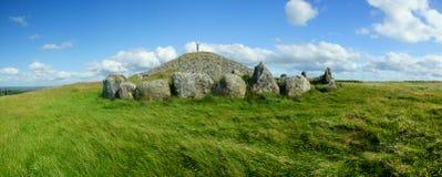 Panorama della tomba arcaica del passaggio fuori dalla pista battuta in Irlanda fotografia stock