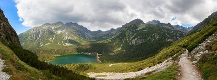 Panorama della valle in alte montagne di Tatra, Slovacchia, Europa del lago di pleso di Popradske Immagini Stock Libere da Diritti
