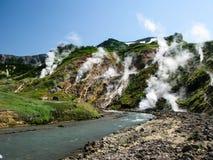 Panorama della valle dei geyser in penisola di Kamchatka Russia fotografia stock