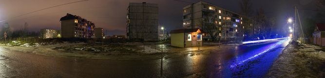 Panorama della via di notte Con le piste dai fari Piccolo negozio immagini stock libere da diritti