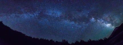 Panorama della Via Lattea con il celibe del supporto immagini stock libere da diritti