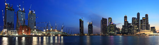 Panorama della vista di notte della città di Singapore Immagini Stock