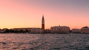 Panorama della vista di Venezia al tramonto dal mare Immagini Stock
