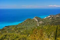 Panorama delle acque blu del mare ionico, Leucade, Grecia immagini stock libere da diritti