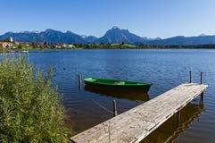Panorama delle alpi con il lago al Hopfensee Immagini Stock