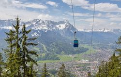 Panorama delle alpi con il tedesco della Baviera di Garmisch-Partenkirchen della gondola Immagini Stock