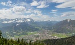 Panorama delle alpi con la Baviera Germania di Garmisch-Partenkirchen Fotografia Stock
