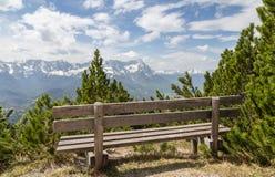 Panorama delle alpi con la Baviera Germania di Garmisch-Partenkirchen del sedile Fotografia Stock