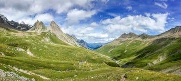 Panorama delle alpi di estate Vista sul passaggio di Seigne in Italia durante l'aumento del du Mont Blanc di giro Fotografia Stock