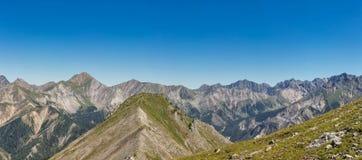 Panorama delle alpi europee con i picchi, i ghiacciai, i prati e le valli in un bello colpo ampio-ad angolo Immagine Stock