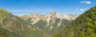 Panorama delle alpi europee con i picchi, i ghiacciai, i prati e le valli in un bello colpo ampio-ad angolo Immagine Stock Libera da Diritti