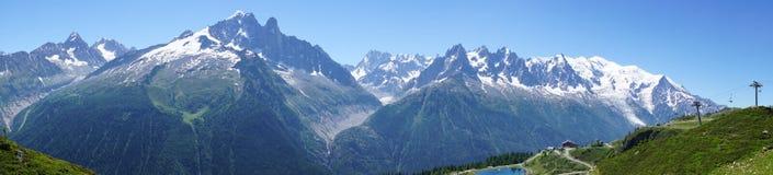 Panorama delle alpi a giugno Vista del massiccio di Mont Blanc Fotografie Stock