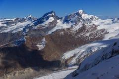 Panorama delle alpi svizzere, cantone di inverno del Valais Fotografia Stock