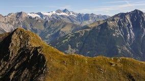 Panorama delle alte montagne nelle alpi un giorno soleggiato di estate Fotografie Stock Libere da Diritti