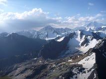 Panorama delle alte montagne ricoperte neve Immagine Stock