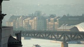 Panorama delle automobili e del ponte a Budapest stock footage