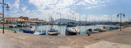 Panorama delle barche a vela nel porticciolo di Lefkas Leucade, Leucade, Grecia immagini stock libere da diritti