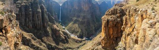 Panorama delle cadute di Maletsunyane e di grande canyon negli altopiani montagnosi vicino a Semonkong, Lesotho, Africa fotografie stock libere da diritti