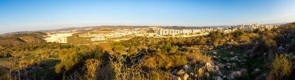Panorama delle costruzioni della città di Beit Shemesh fotografia stock libera da diritti