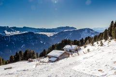Panorama delle dolomia con il cottage di legno, montagne nevose e Immagini Stock Libere da Diritti