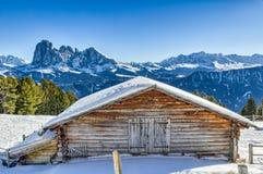 Panorama delle dolomia con il cottage di legno, montagne nevose e Fotografia Stock Libera da Diritti