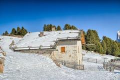 Panorama delle dolomia con il cottage di legno, montagne nevose e Immagine Stock