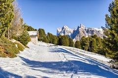 Panorama delle dolomia con il cottage di legno, montagne nevose e Immagine Stock Libera da Diritti
