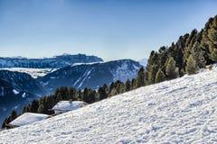 Panorama delle dolomia con il cottage di legno, montagne nevose e Fotografia Stock