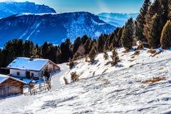 Panorama delle dolomia con il cottage di legno, montagne nevose e Fotografie Stock Libere da Diritti
