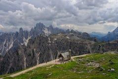Panorama delle dolomia con la cappella su priorità alta, Italia Immagine Stock Libera da Diritti