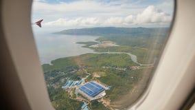 Panorama delle isole filippine dalla finestra di un aeroplano di volo Fucilazione durante il volo sopra il tropicale archivi video