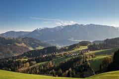 Panorama delle montagne in alpi europee Immagine Stock
