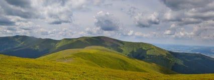 Panorama delle montagne carpatiche fotografia stock