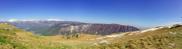 Panorama delle montagne con cielo blu fotografia stock