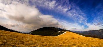 Panorama delle montagne con il cielo drammatico fotografia stock