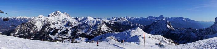 Panorama delle montagne della cima di area dello sci di Nassfeld in Austria Fotografia Stock Libera da Diritti