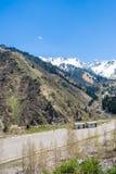 Panorama delle montagne, della neve e del cielo di verde della natura in Chimbulak Almaty, il Kazakistan Immagini Stock Libere da Diritti