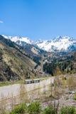 Panorama delle montagne, della neve e del cielo di verde della natura in Chimbulak Almaty, il Kazakistan Immagine Stock Libera da Diritti